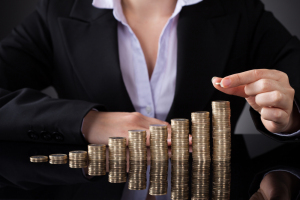 """Mujeres que piden aumento de sueldo tienden a """"disgustar"""", dice profesora de Derecho"""